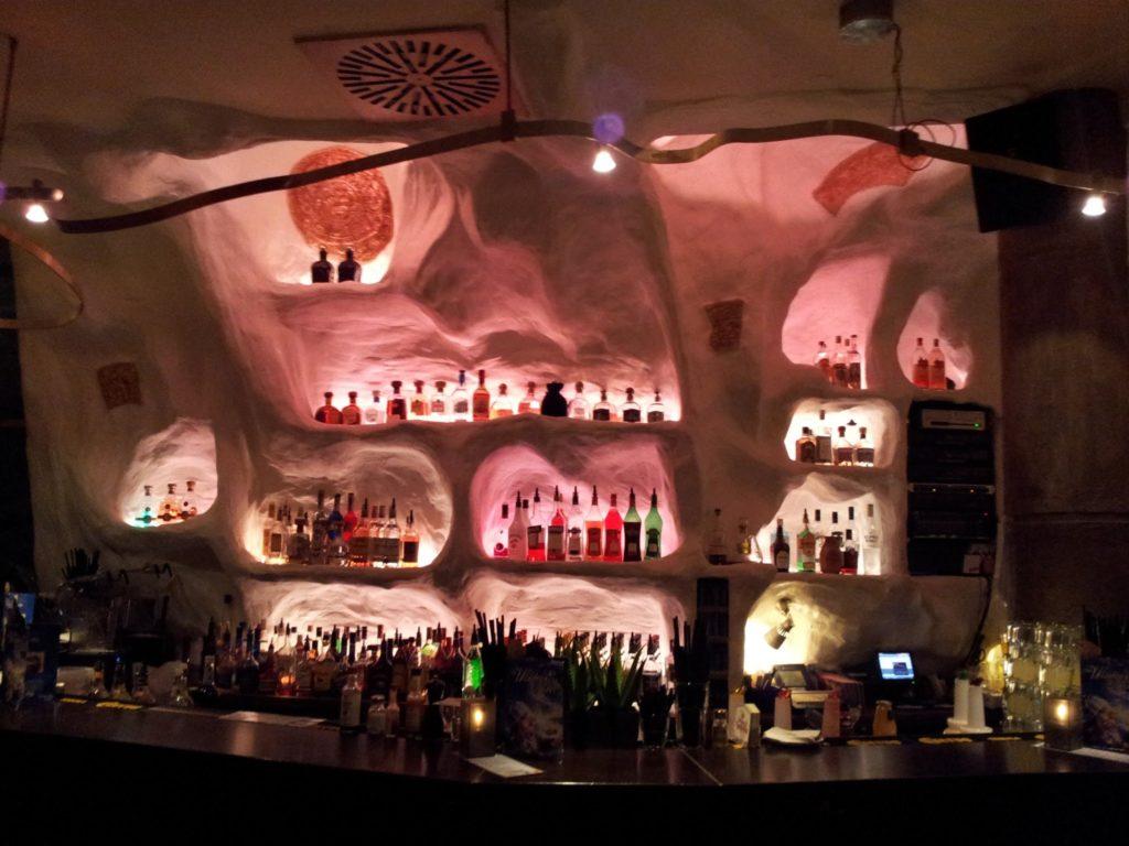 Bild von der Bar im Enchilada - an der Bar werden die Cocktails für die Happy Hour gemixt
