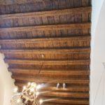 Bild vom Kronleuchter an der Holzdecke