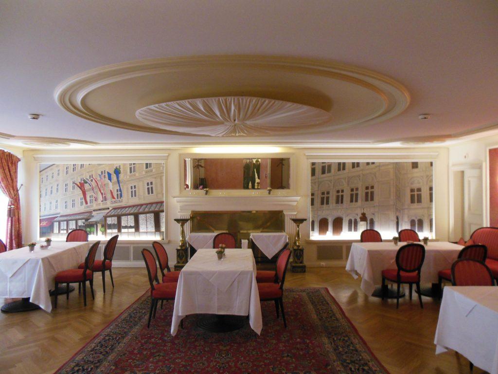 Bild vom Blick in den hinteren Saal des Cafe Sacher in Innsbruck