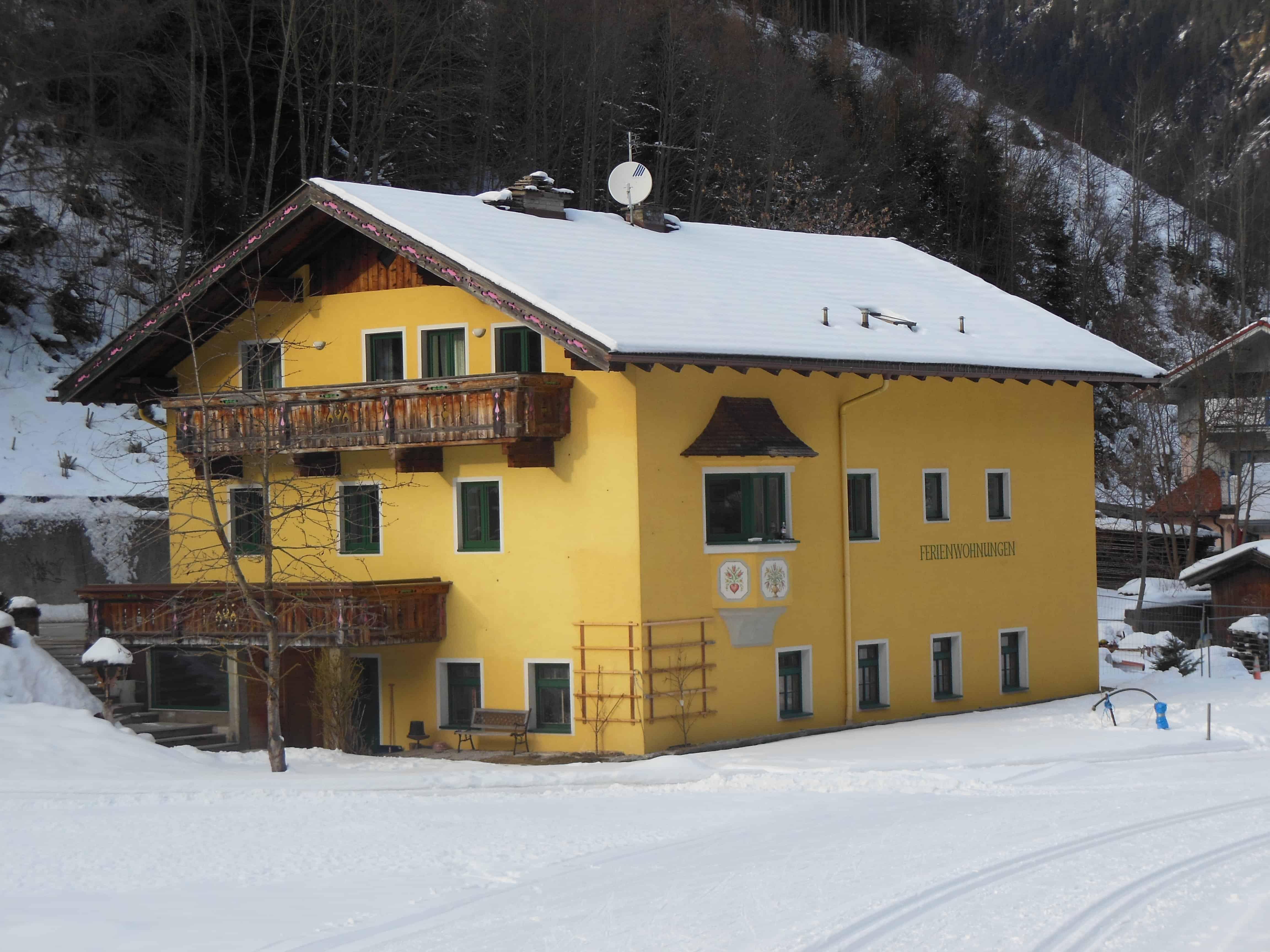 """Blick vom Winterwanderweg auf das Ferienhaus """"Zum Fuhrmann"""" im Stubaital"""