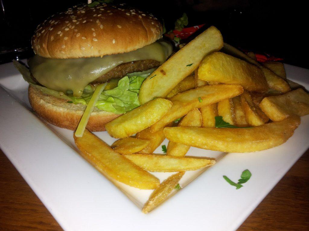 Bild vom Cheeseburger mit Chips