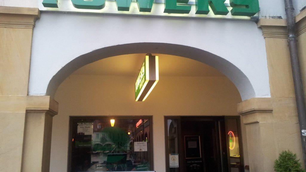 Bild vom Eingang des Irish Pub Towers in Ludwigsburg