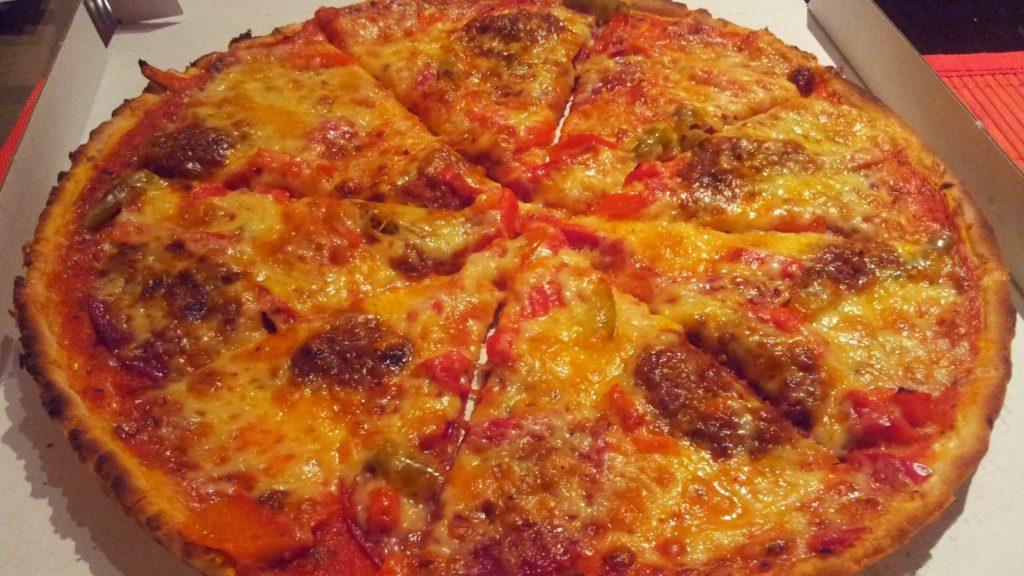 Bild von der Pizza Nr. 34 - Pizza mit Salami, Alopinos, Speck, Paprika und Hackfleisch von avanti, avanti in Stuttgart