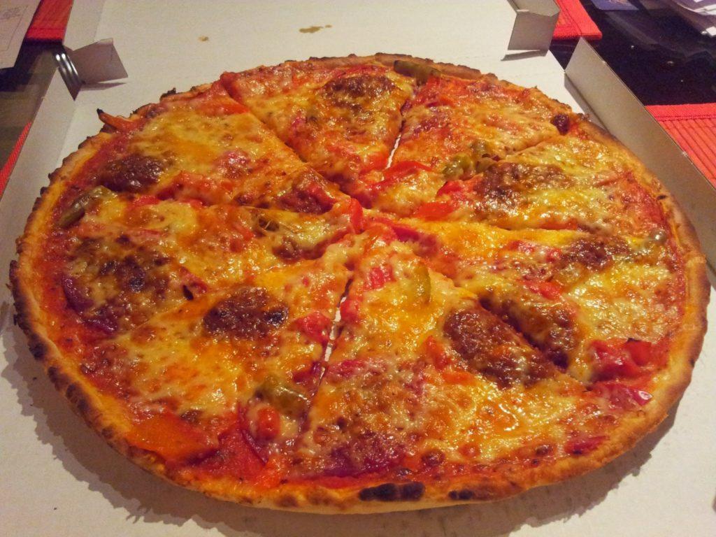 Bild von der Pizza Nr. 34 - Pizza mit Salami, Alopinos, Speck, Paprika und Hackfleisch von avanti, avanti - Pizzaservice Stuttgart
