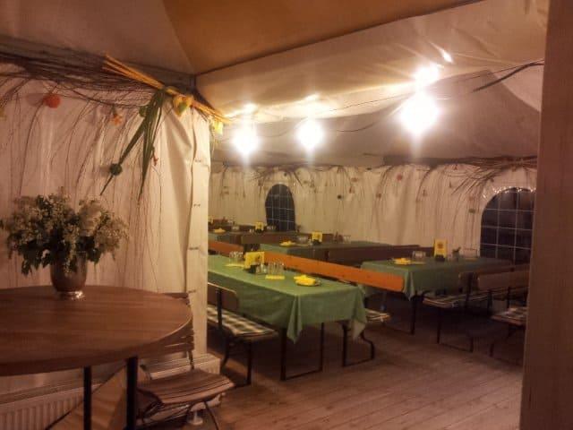 Blick von Eingang ins Zelt