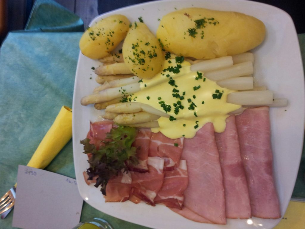 Bild vom Spargel mit Sauce Hoolandaise, Kartoffeln und Schinken