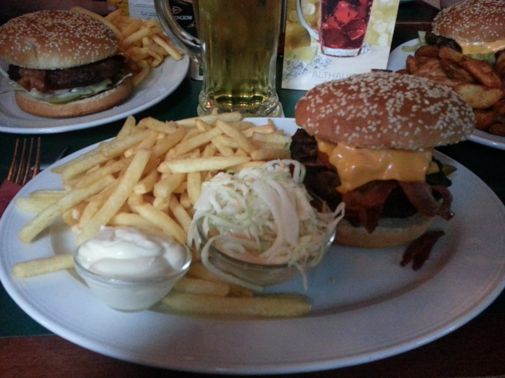 Bacon Cheese Burger in der Yours Sports Bar Wiesbaden