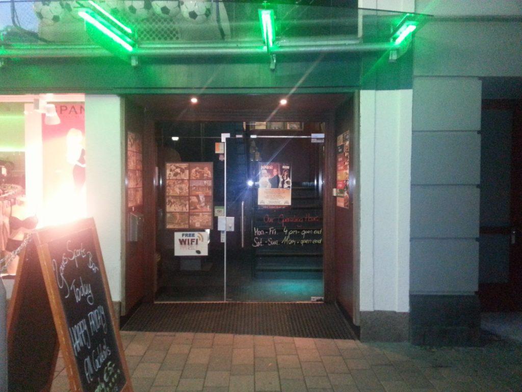 Eingang der Yours Sports Bar in Wiesbaden