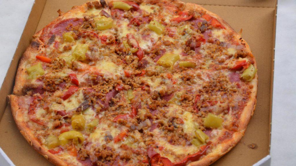 Pizza mit Salami, Speck, Hackfleisch, Paprika und Peperoni von Pavone Pizza-Service