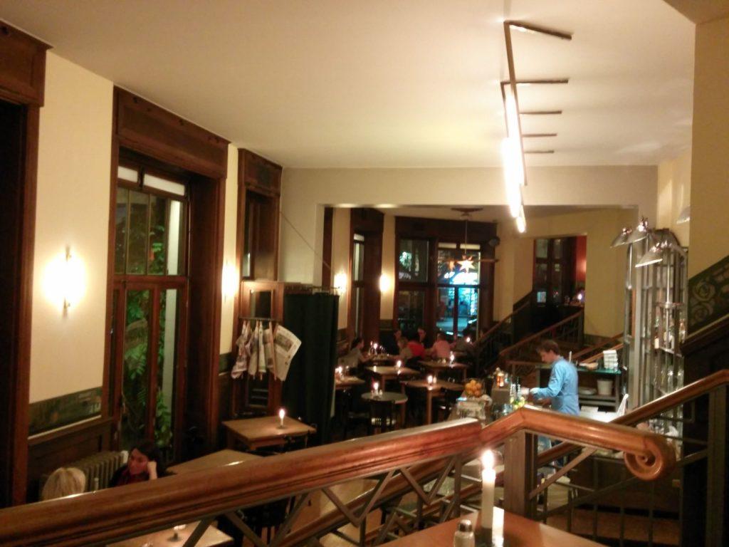 Blick vom Zwischengeschoss rechts auf den Hauptbereich