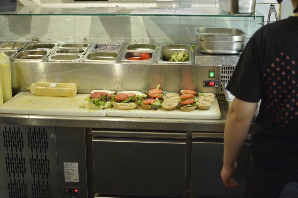 Buns mit Salat vorbelegt im Burgermeester Amsterdam