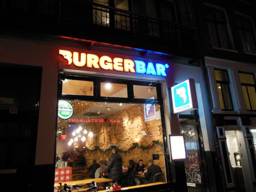 Bilder von der Amsterdam Burger Bar von außen, nachts gegen 1 Uhr