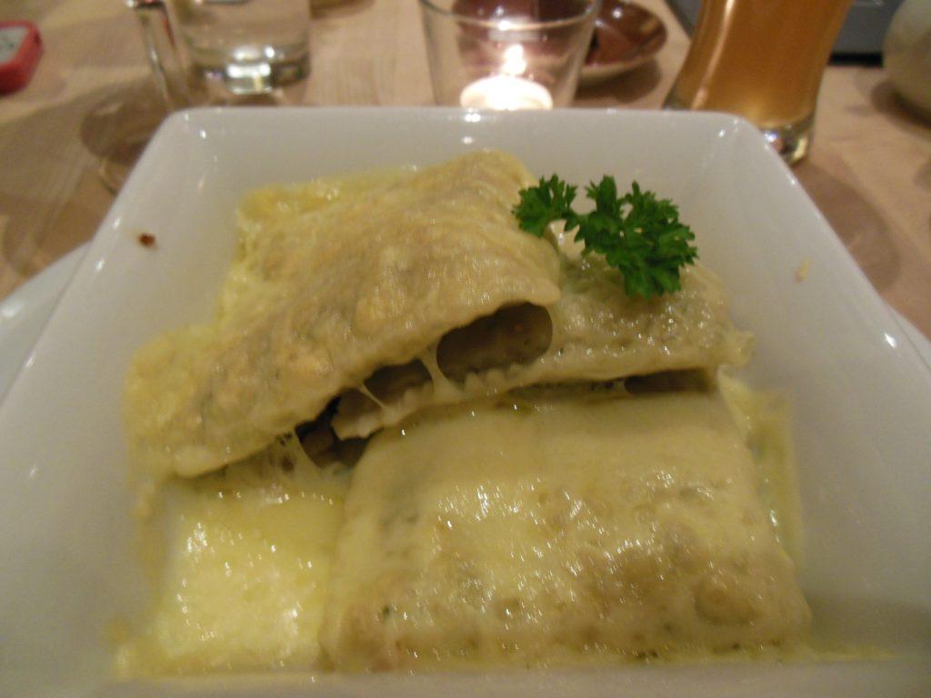 Drei Maultaschen mit Käse überbacken im Cafe im Forum 3 Stuttgart