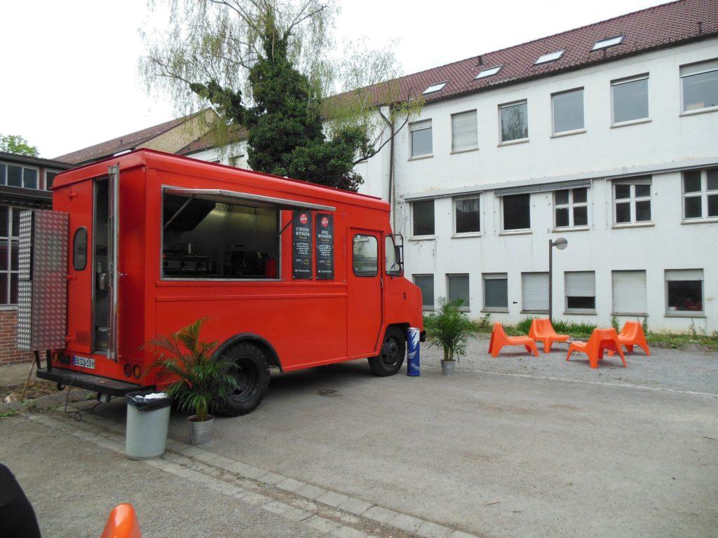 The Food Van und die Sitzgelegenheiten - Burger Spot im Stuttgarter Norden