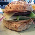 Burger Glücksschmied - Mit Heumilchkäse und roter Pfeffersosse im Hans im Glück Berlin
