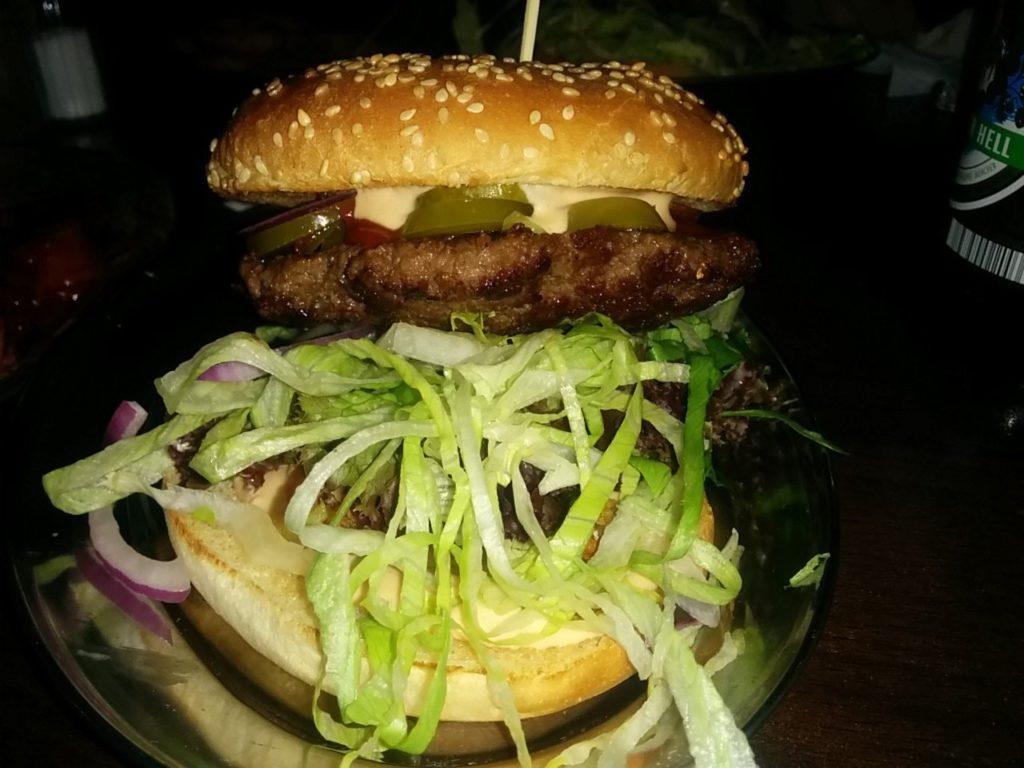 Mex-Burger mit viel Grünzeug im Ketchup & Majo Berlin Kreuzberg