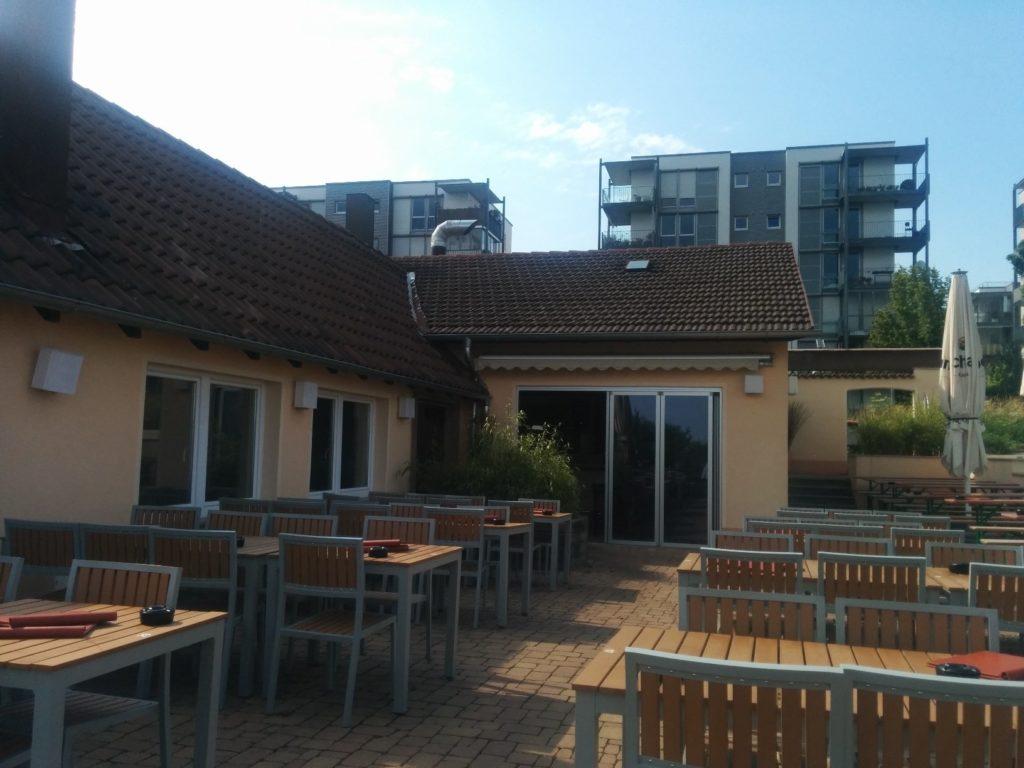 Blick über einen Teil der Terrasse des Aussichtsreichs Stuttgart Richtung Auerbachstrasse