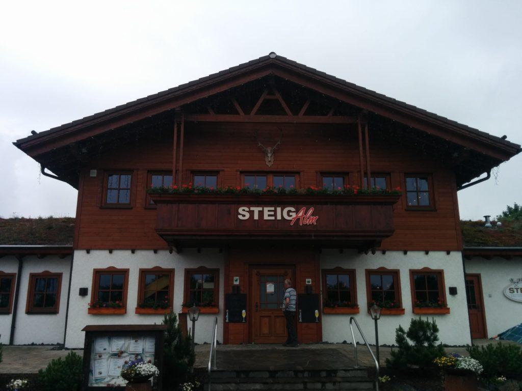 Steig-Alm Bad Marienberg von außen bei trüben Wetter