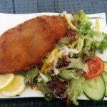 Schnitzel mit Salat im Biergarten on Top Stuttgart