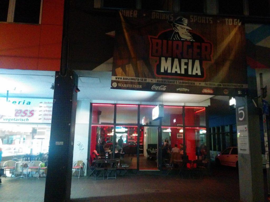 Blick nachts von außen von der Strasse ins Burger Mafia Saarbrücken