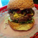Hot Stuff Burger (Jalapenos, Cheddarkäse) mit Bacon dazu im Burgers Berlin Charlottenburg