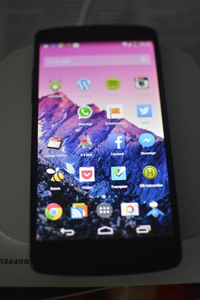 Das Nexus 5 kabellos am Laden auf dem Metrans QI