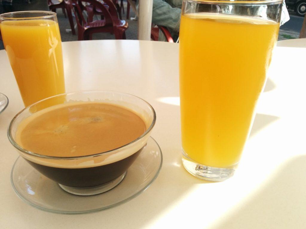Kaffee und Maracujaschorle im Ubu Roi Saarbrücken