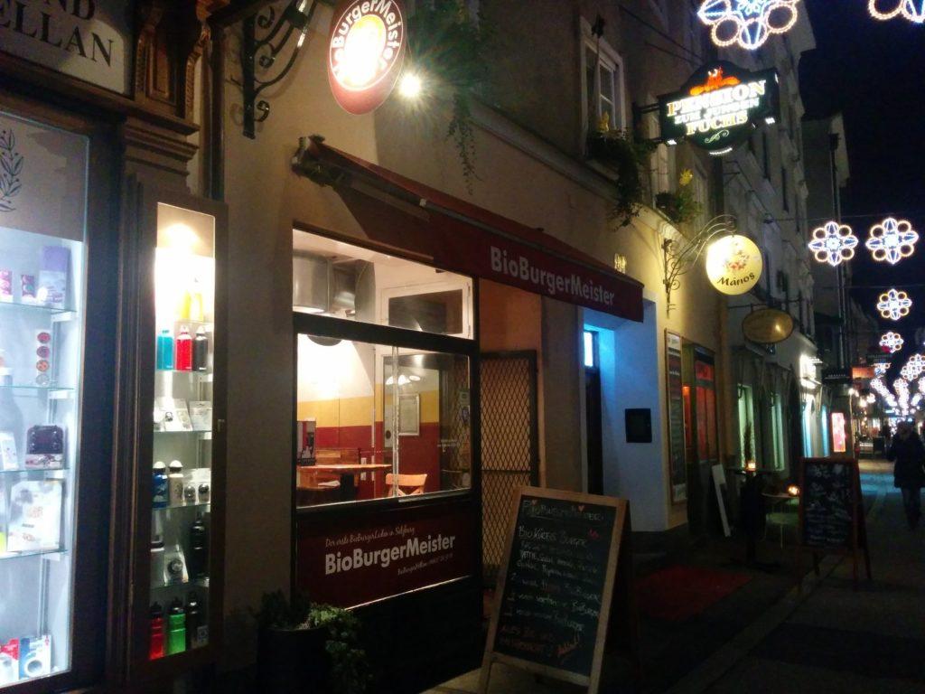 Das BioBurgerMeister Salzburg nachts von außen