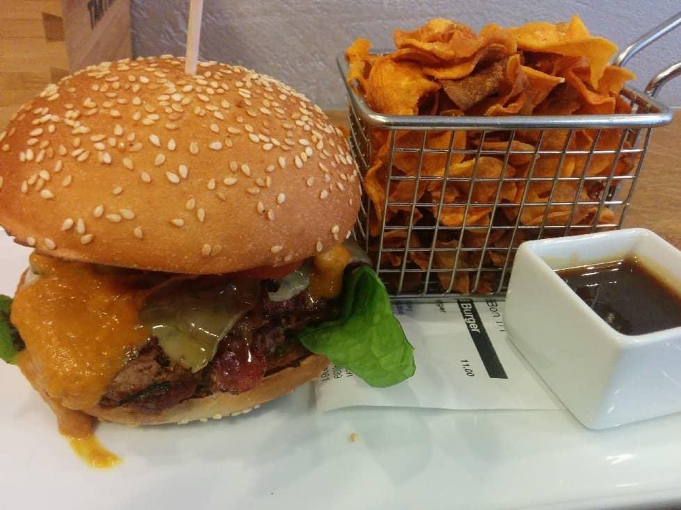 American BBQ Burger mit Bergkäse.. Und Süßkartoffelchips. Im The Burger Republic Stuttgart