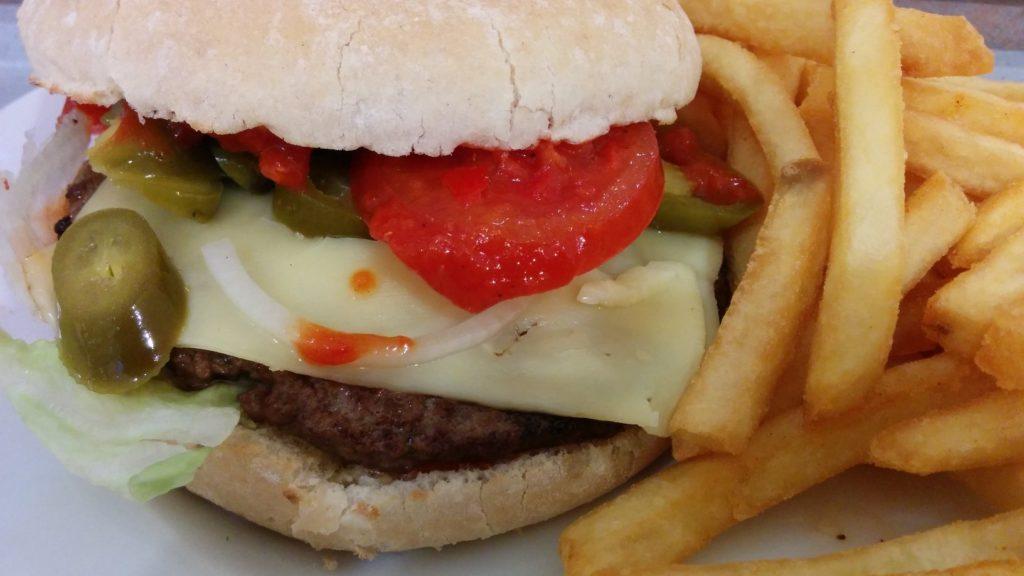 LV 13 Feuerschiffburger (als Menü für 7,90 EUR zzgl. 50 Cent für extra Käse); 125gr. Patty, rote Tomaten, Zwiebeln sowie knackig scharfe Jalapenos und Wittkoop Feuersauce