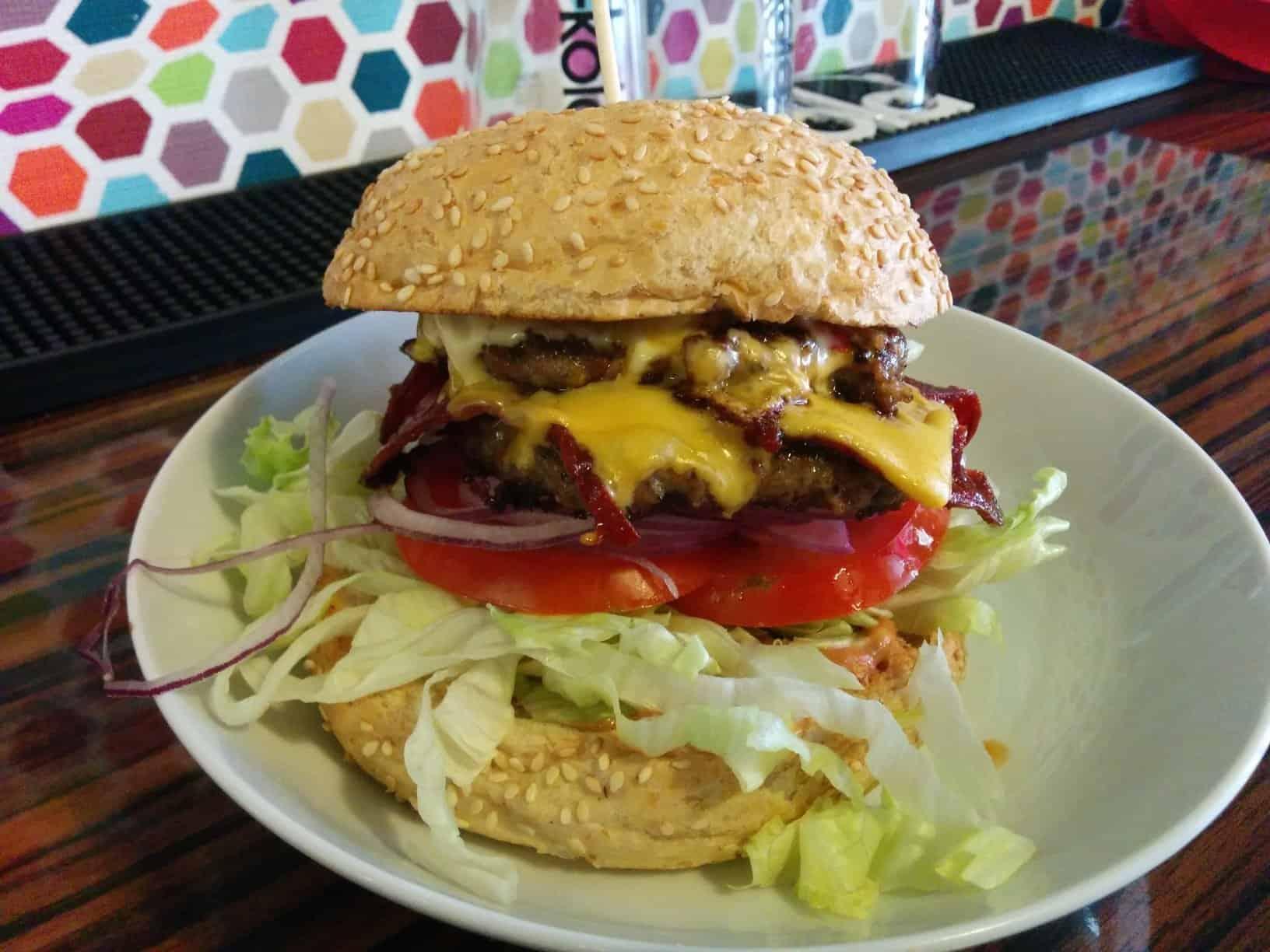 Double Burger mit zweimal Fleisch in der Bommes Boutique Salzburg Mirabellplatz