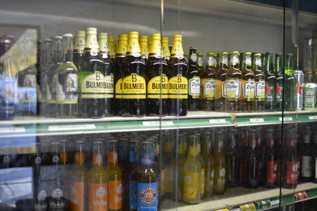 Belgische Biere und andere Getränke im großen Kühlregal der Pommes Boutique Salzburg Mirabellplatz