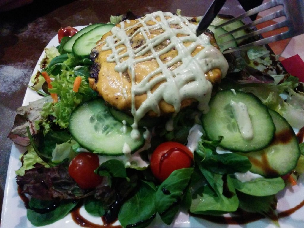 Nakedburger mit Salat und Joghurtdressing imTriple B - Beef Burger Brothers