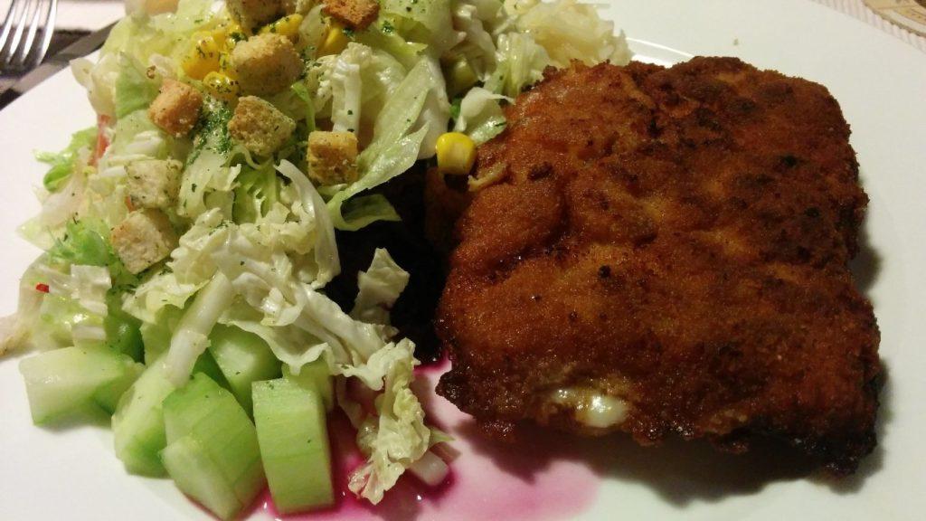 """Cordon Bleu mit erstaunlich leckeren Salat. Sagt ein Fleischesser! - Im Restaurant """"Zur alten Schmiede"""" in Bad Cannstatt"""