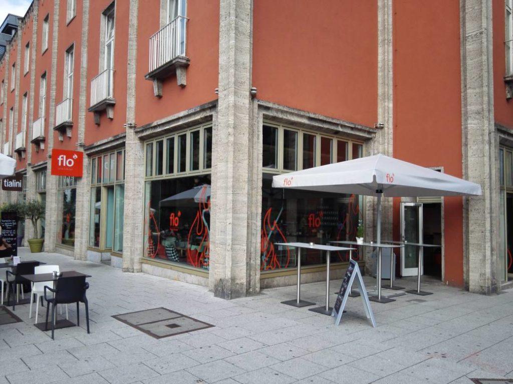 Außenansicht des Flo Steak & Burger Stuttgart, direkt vom Ausgang der Haltestelle Börsenplatz
