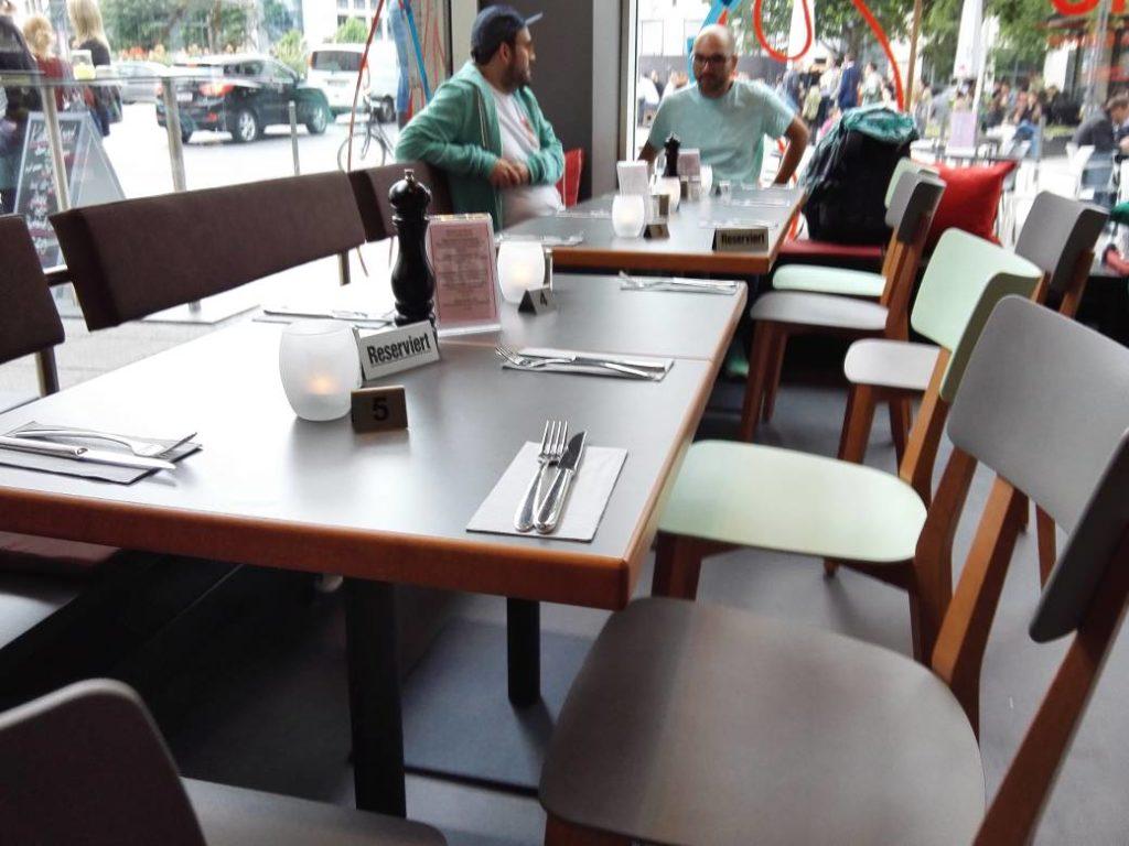 Zweiertische zum praktischen Zusammenstellen im Flo Steak & Burger Stuttgart