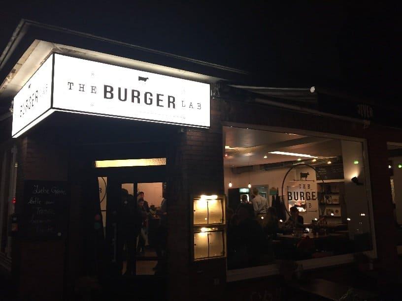 Das The Burger Lab in Hamburg von außen - nachts
