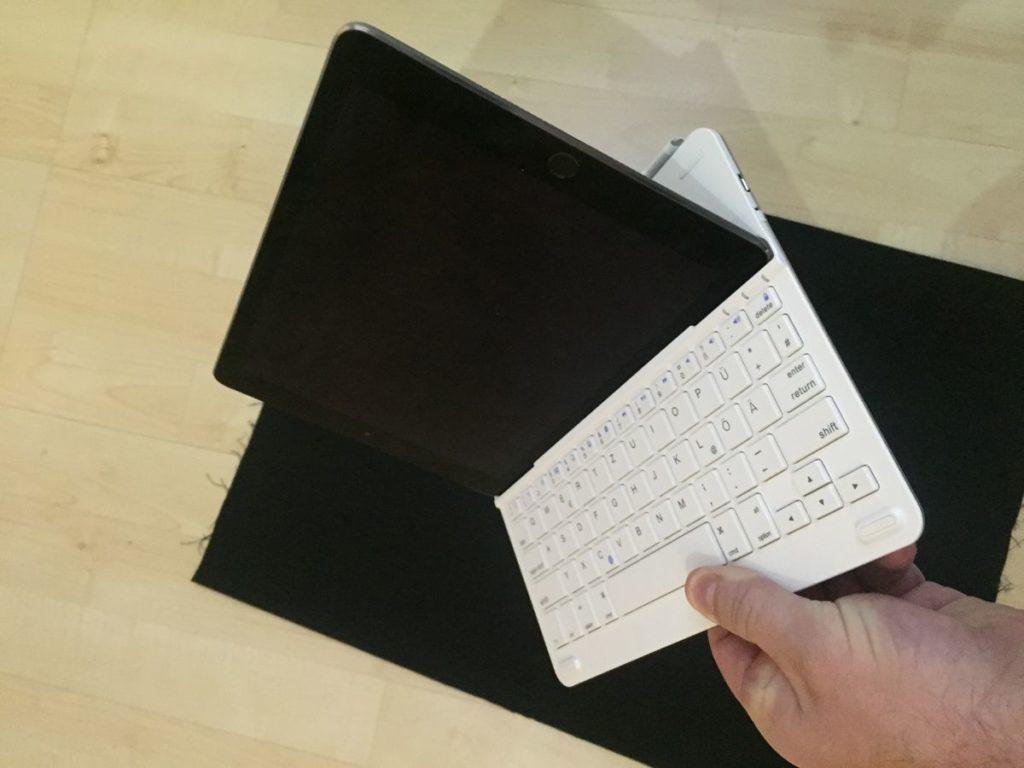 Erstaunlich fest hält die Anker Bluetooth Tastatur TC930 das iPad Air 2