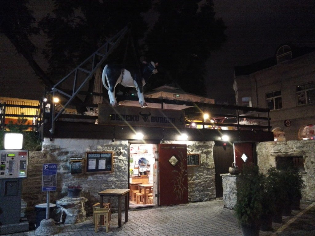 Dereku Burger Tallinn nachts von außen