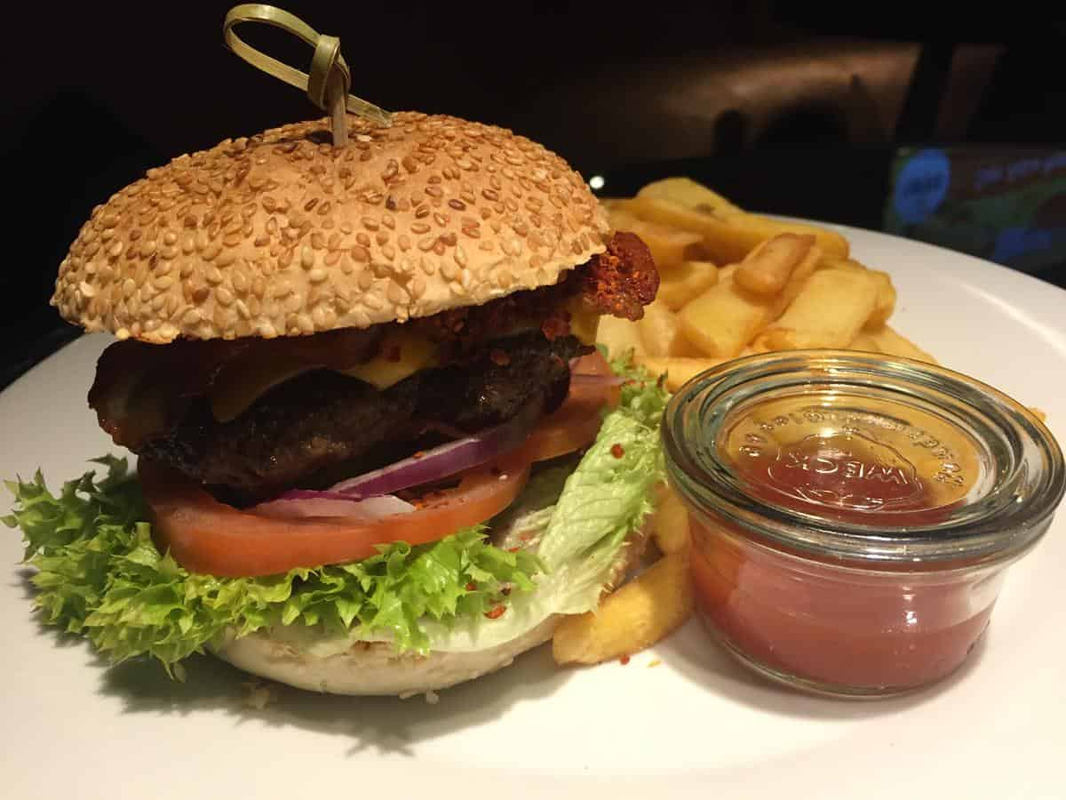 Hot BBQ-Burger im 1893 - VfB Club Restaurant