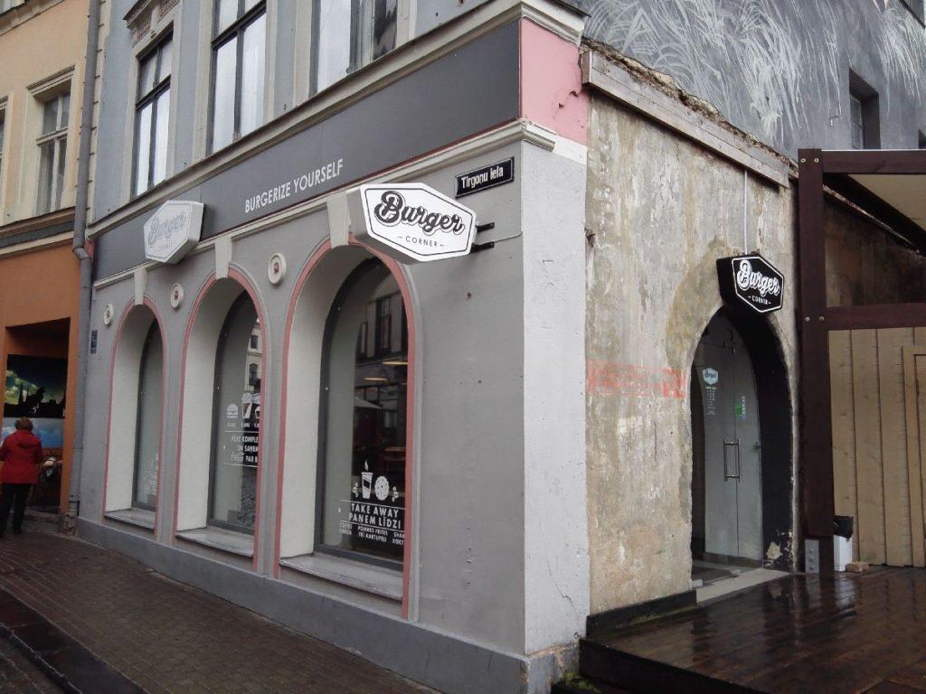 Das Burger Corner in Riga von außen - ein eher unscheinbares Eckhaus