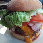 BBQ Burger mit zuviel Salat im Burger Corner Riga