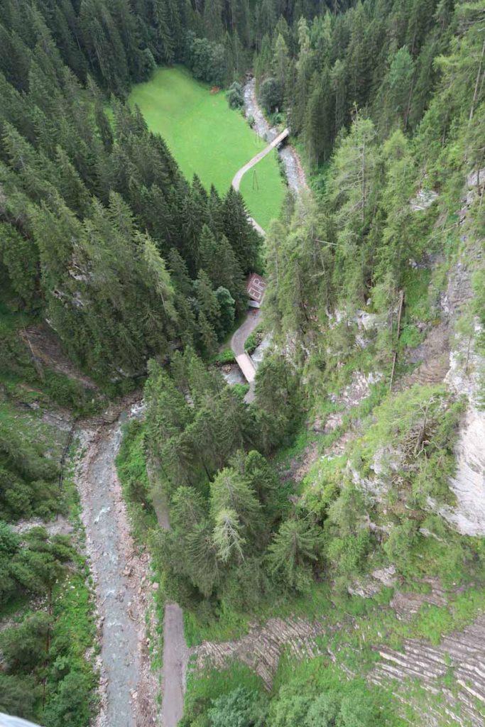 110 Meter hoch von der Hängebrücke Holzgau auf dem Lechweg angstfrei fotografiert dank Happystrappy