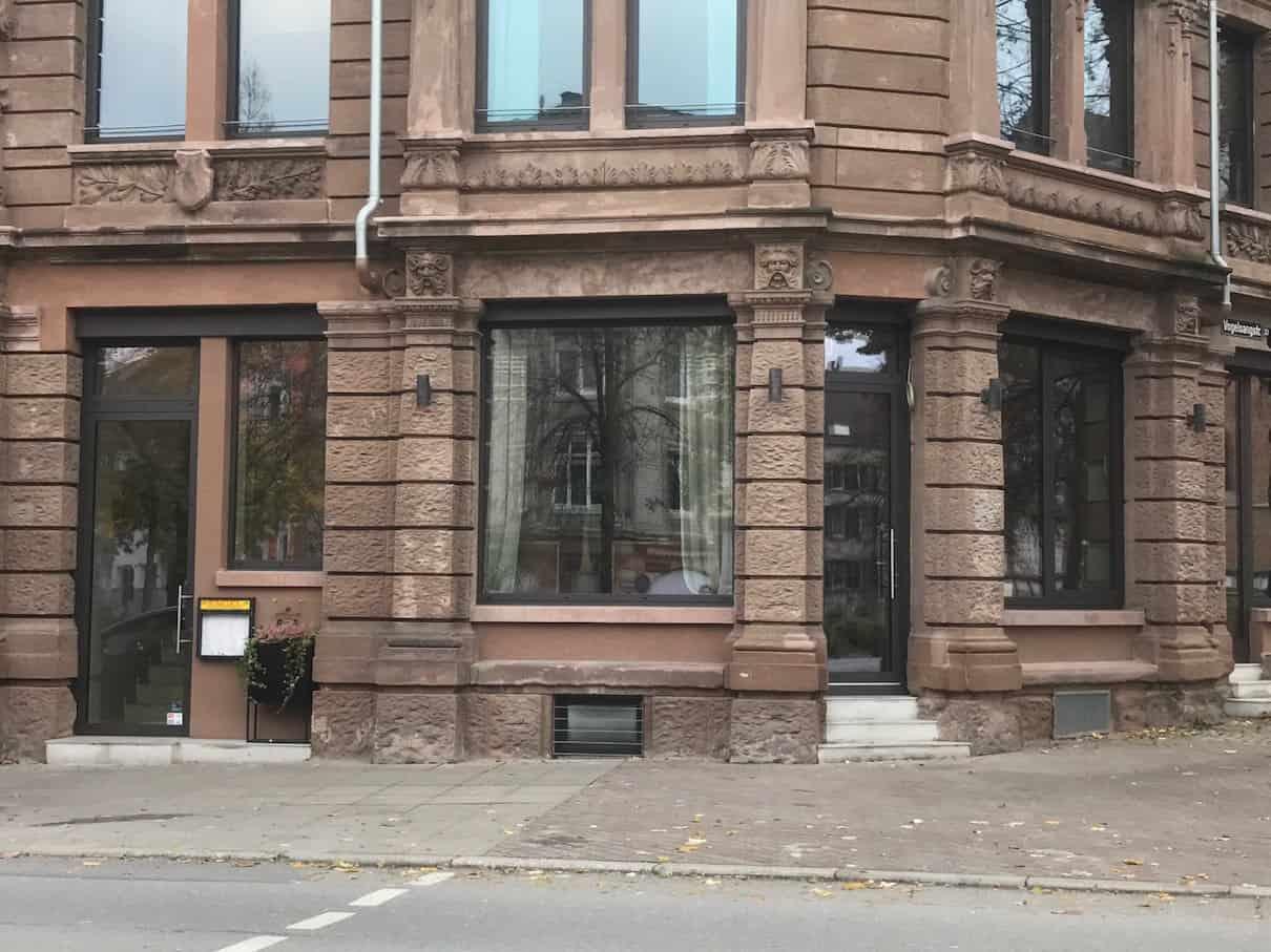Das Achillon am Bismarckplatz von außen - tagsüber unspektakulär