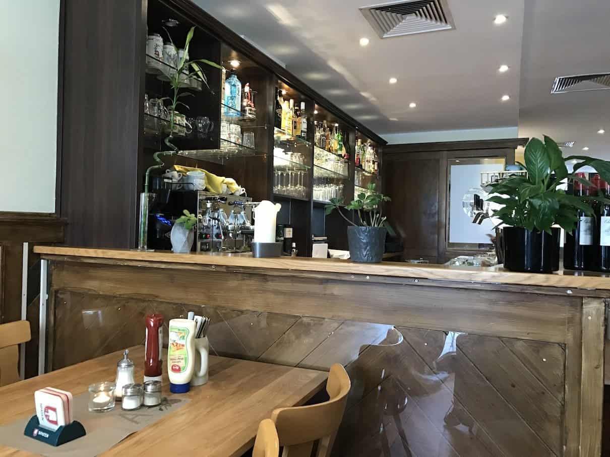 Blick in Richtung der Bar in Andy's Krablergarten München