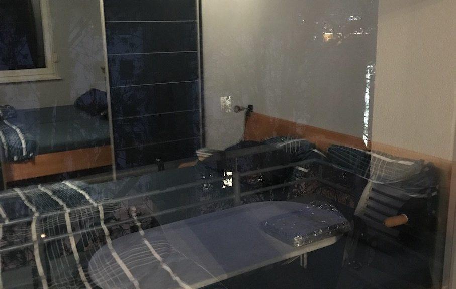 Im Fenster spiegelt sich einwandfrei das Zimmer wieder jetzt :)