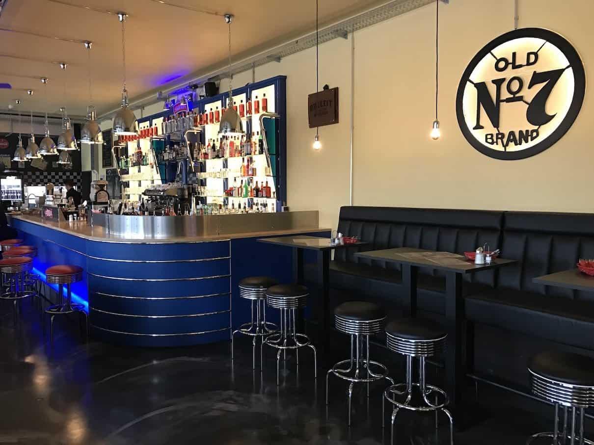 Blick auf die Bar im Metropolitan Leonberg vom Kino her kommend
