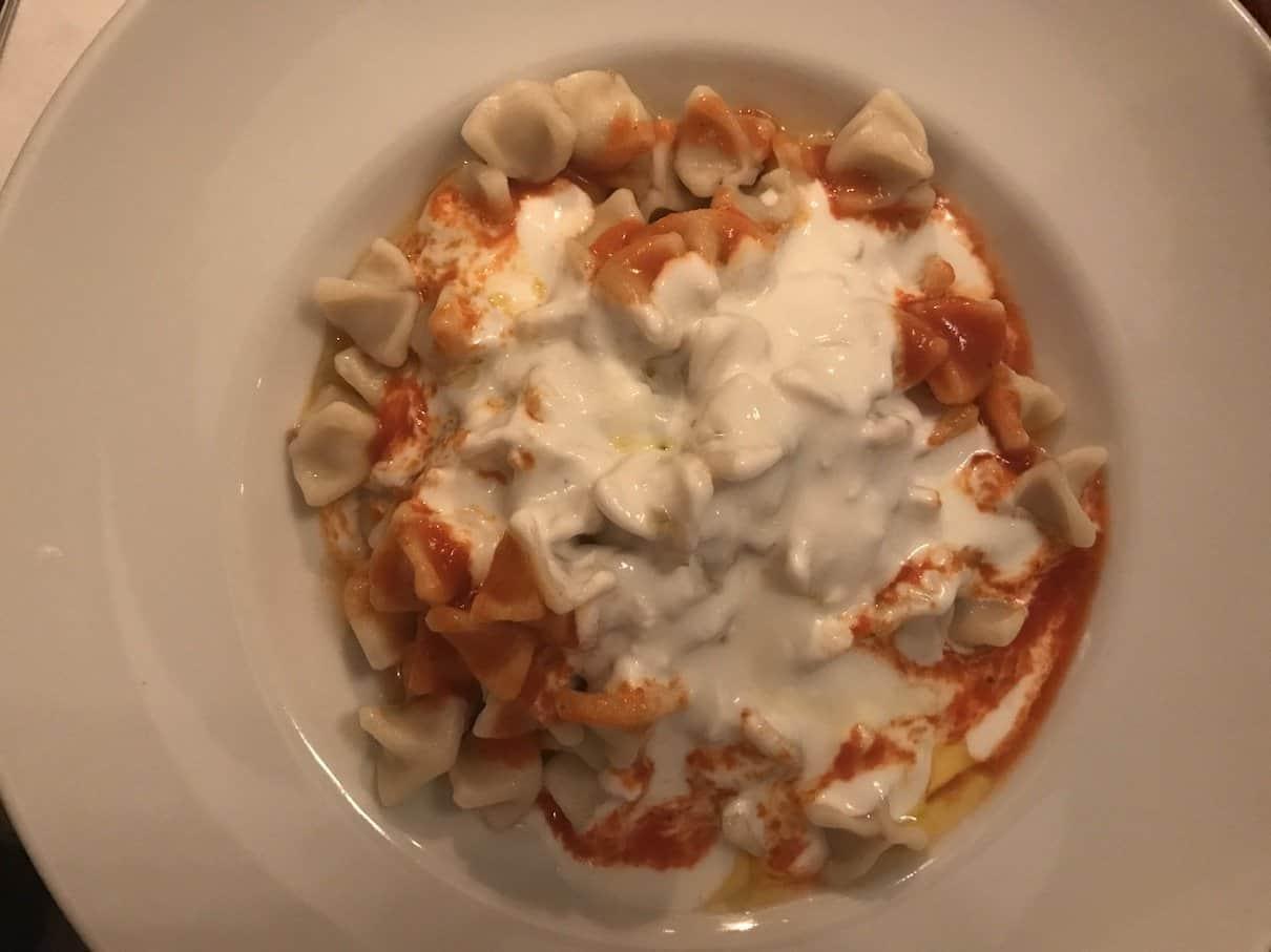 Manti - Hackfleisch gefüllte Maultaschen nach türkischer Art mit Knoblauchjoghurtsauce und Butter im Taverna Yol Stuttgart