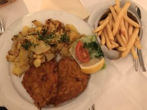 Schnitzel mit Bratkartoffeln und Pommes im Restaurant Apostel Stuttgart