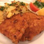 Schnitzel mit Bratkartoffeln in der Gaststätte Apostel Stuttgart